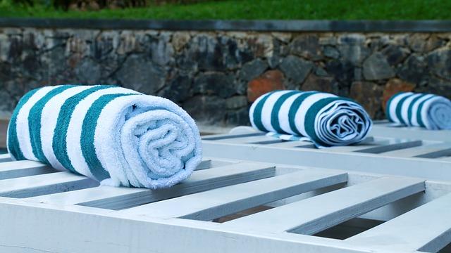ručník u bazénu