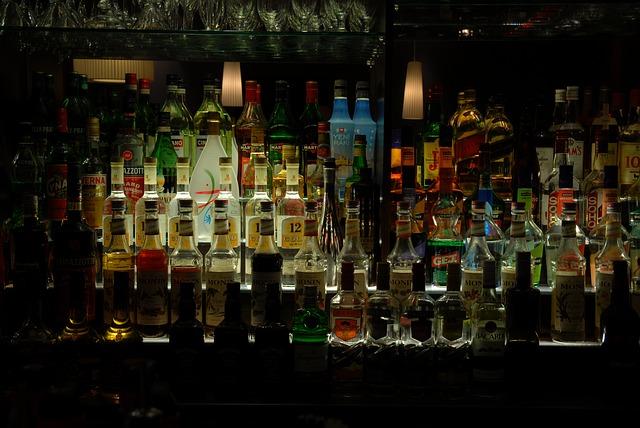 Fľaše s rôznymi druhmi alkoholu v bare.jpg
