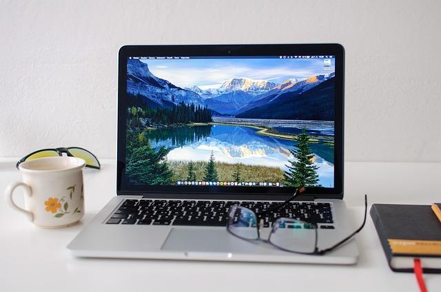 Macbook, šálka kávy, okuliare.jpg
