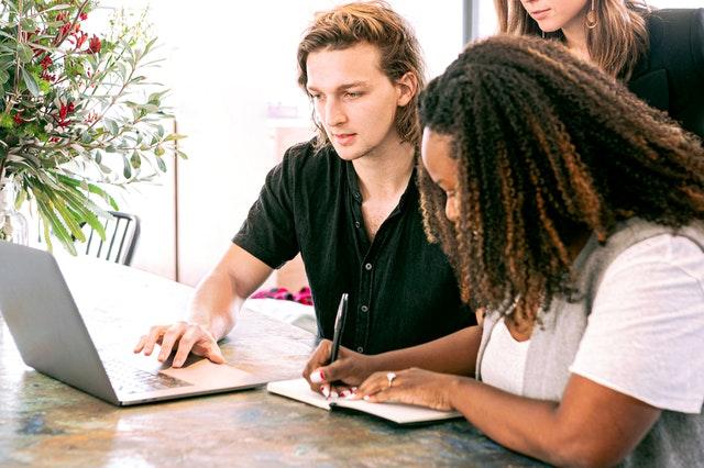 Ľudia v kancelárii diskutujú pri stole