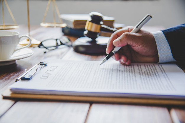 judge-signing-documents_11304-1535